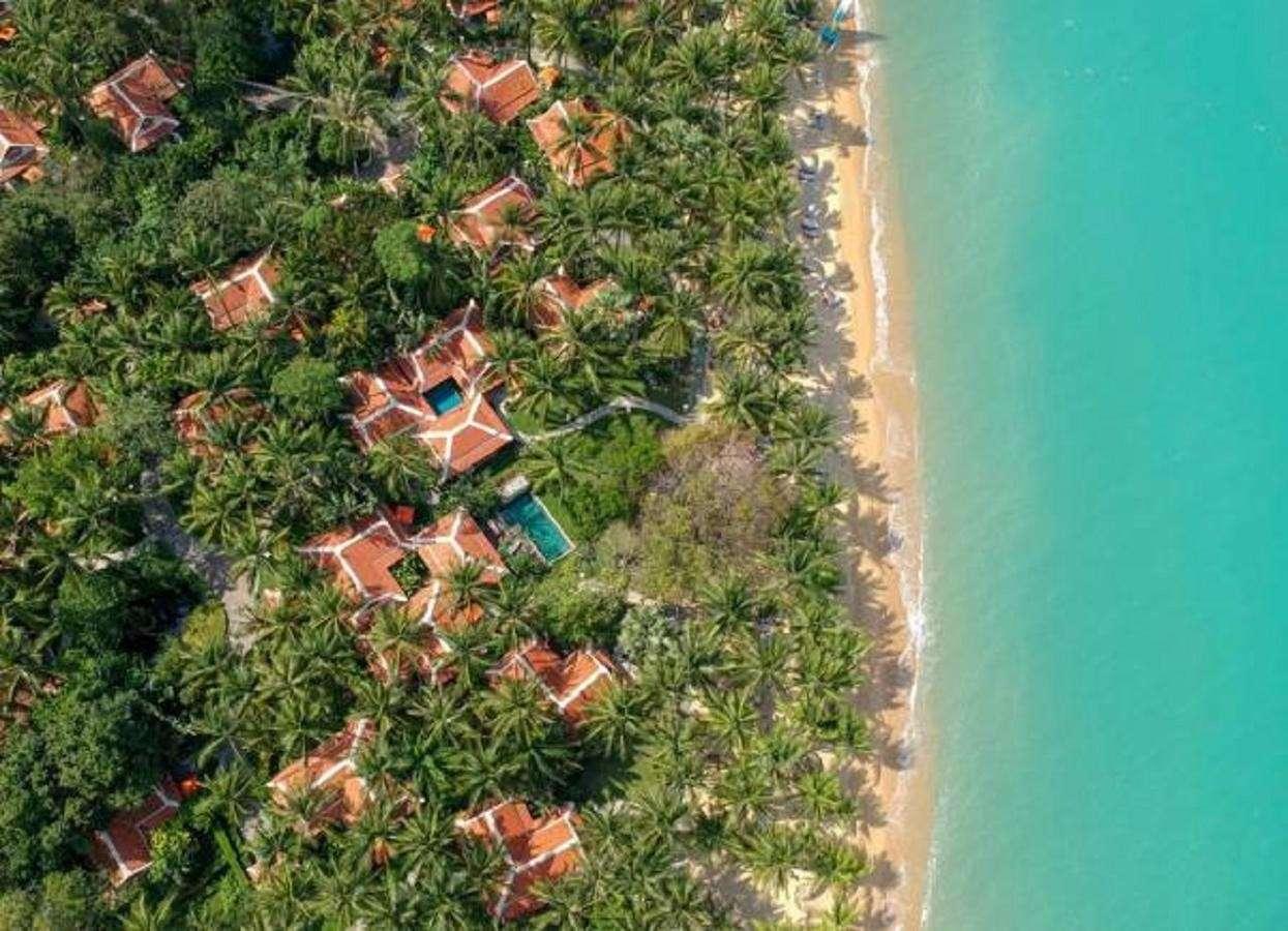 Bovenaanzicht van Maenam Beach met het Santiburi Koh Samui Resort