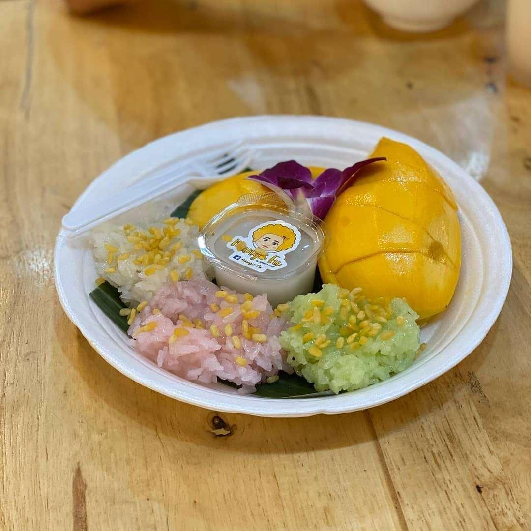 Mango sticky rice op de Neon Night Market in Bangkok, Thailand