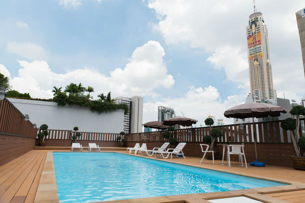Zwembad van het True Siam Rangnam Hotel Makkasan in het Pratunam gebied van Bangkok, Thailand