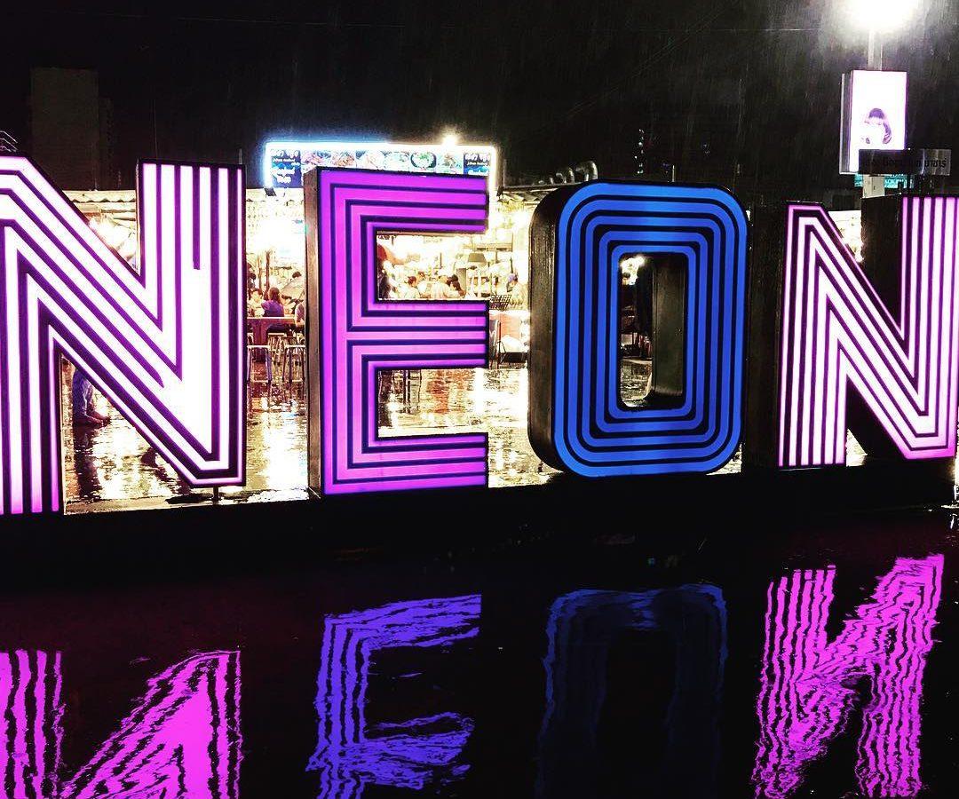 Het logo van de Neon Night Market in Bangkok
