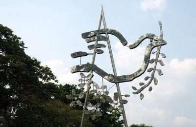 Sculptuur Van De Vredesduif Met Olijftak In Haar Bek In Het Santhiphap Park In Bangkok, Thailand
