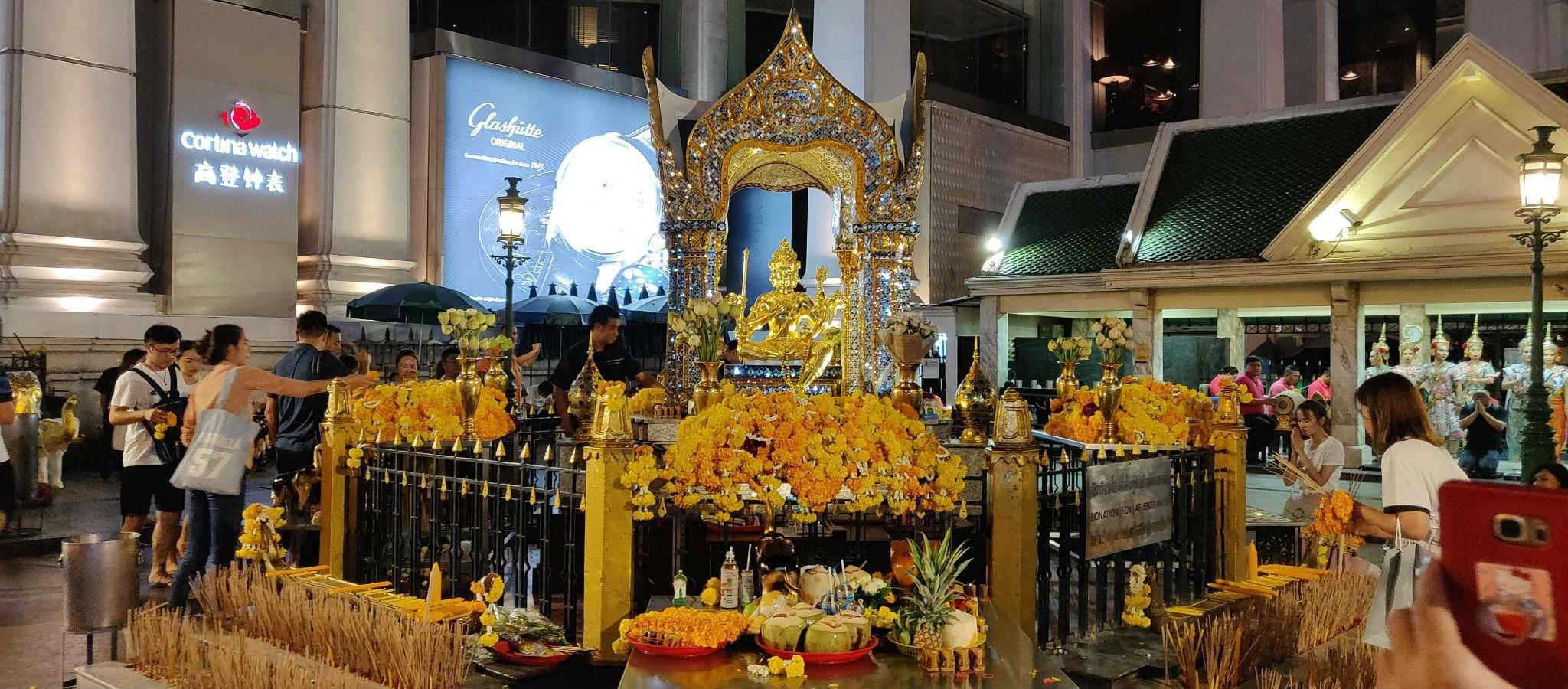 Mensen bij de Erawan Shrine in Bangkok, Thailand