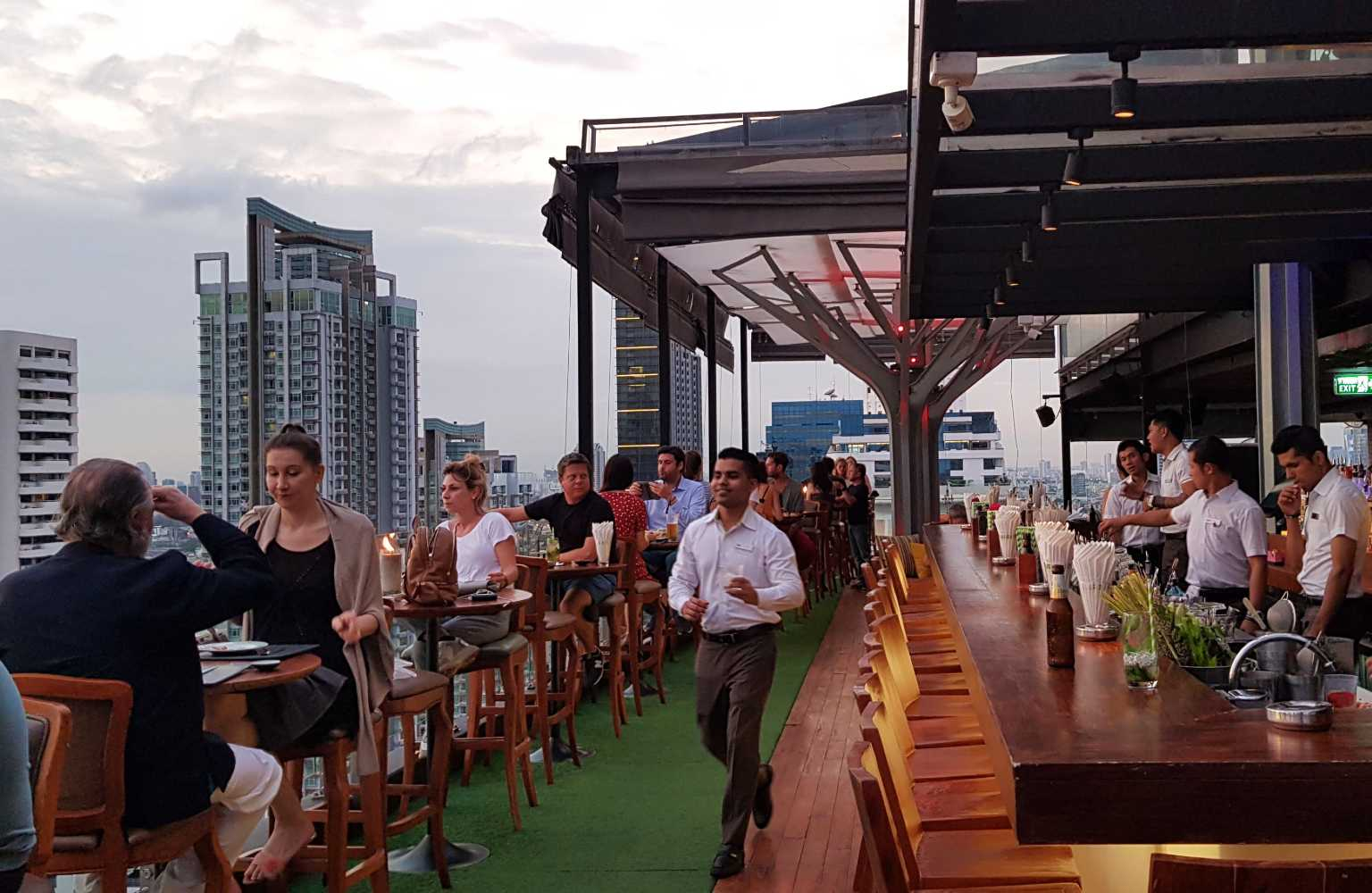 Een bar en barpesoneel van Above Eleven in Bangkok, Thailand