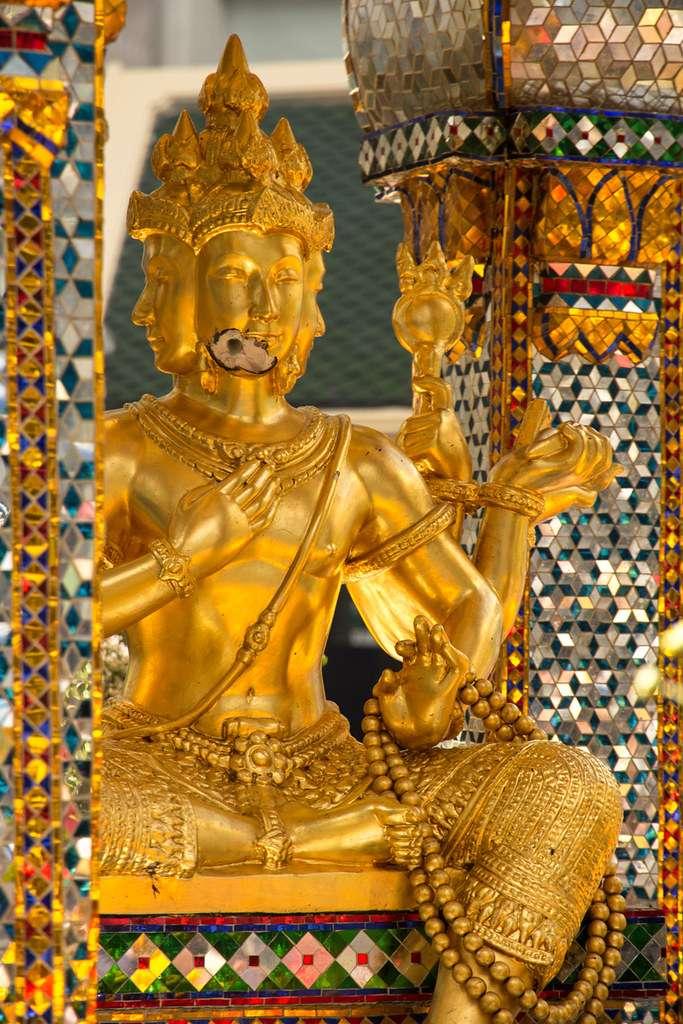 gat in de kin van het beeld van Phra Phrom in de Erawan Shrine Bangkok