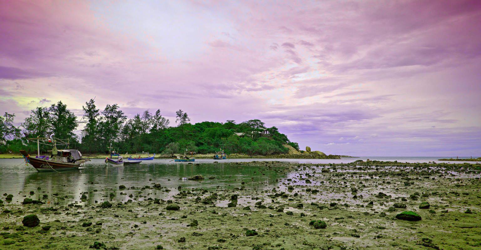 drooggevallen strand met rotsen bij laag water Choeng Mon Beach, Koh Samui