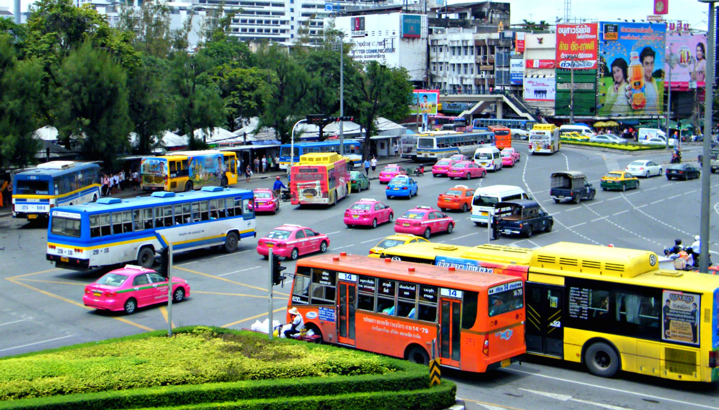 Bussen en taxi's rondom Victory Monument, Bangkok in Thailand