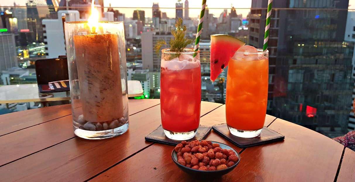 2 Cocktails op een tafeltje bij Above Eleven, Bangkok.