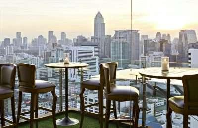 Tafeltje Voor 2 Personen Lang De Glazen Balustrade Met Uitzicht Over De Sky Line Van Bangkok, Bij Above Eleven In Thailand.
