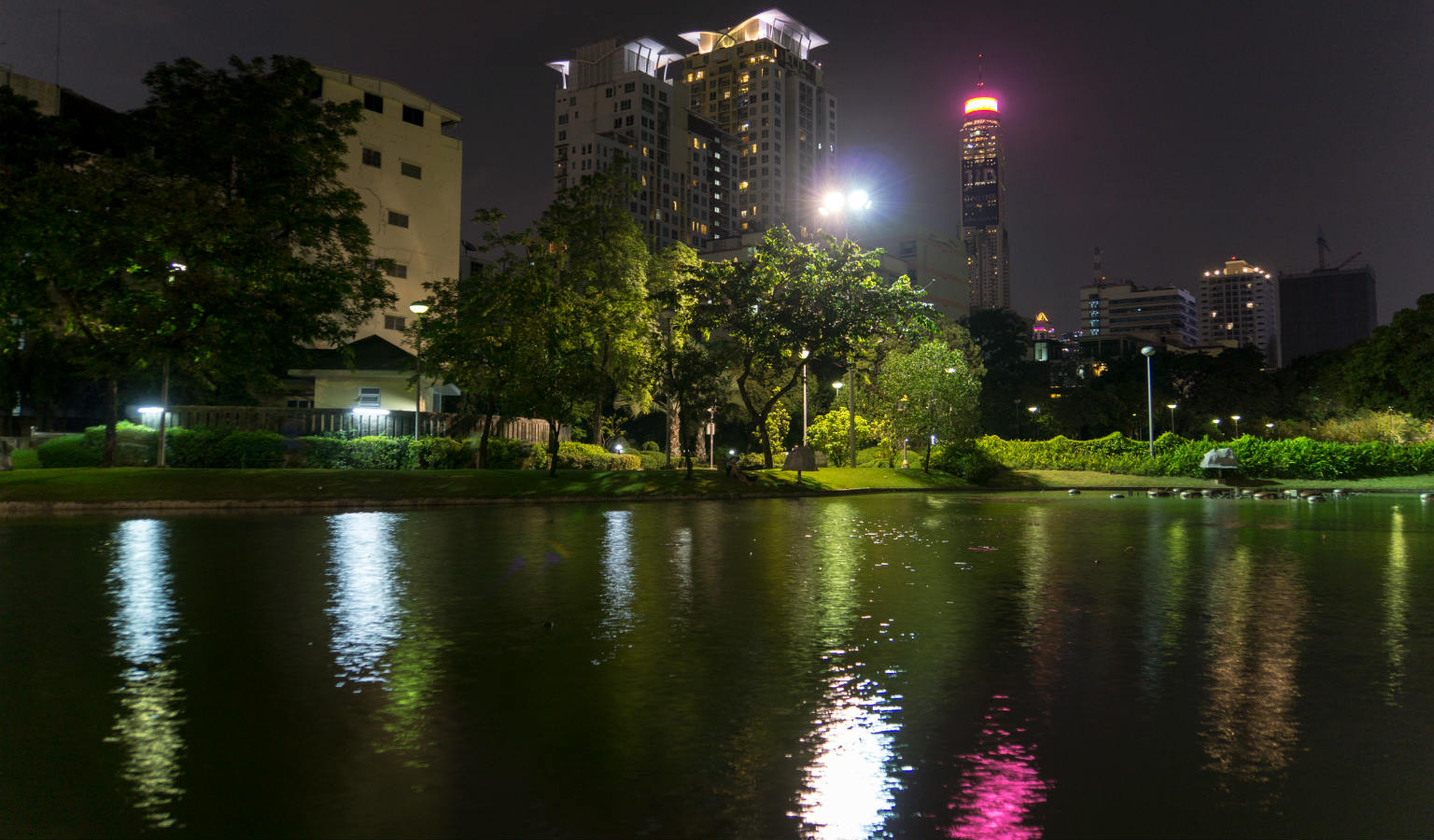 Vijver van het Santiphap Park in het donker. Bangkok in Thailand.