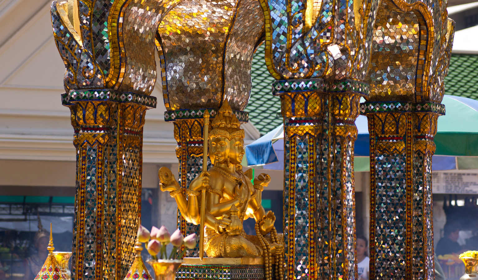 Ingezoomed op de Erawan Shrine in Bangkok, Thailand