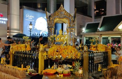 Voor De Erawan Shrine In Bangkok, Thailand