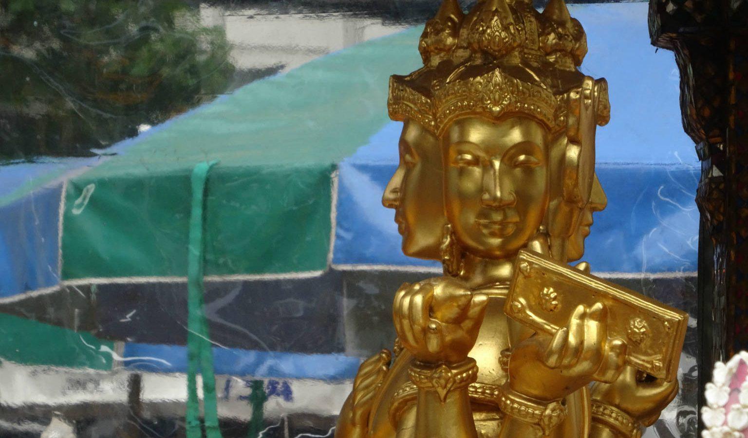 Het beeld van Phra Phrom in de Erawan Shrine in Bangkok, Thailand