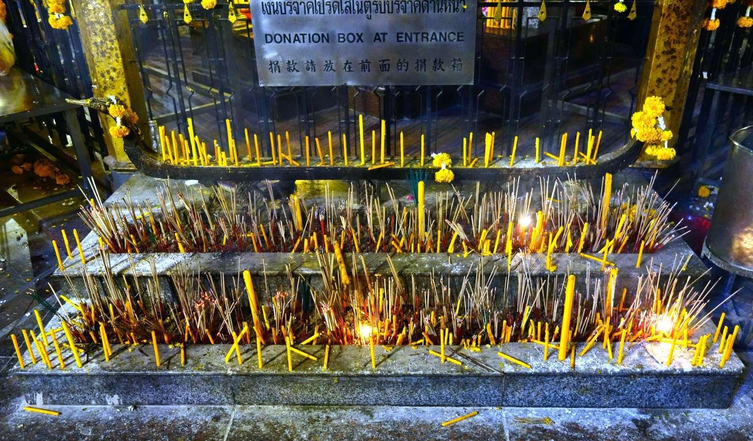 Wierookstokjes bij de Erawan Shrine in Bangkok, Thailand.