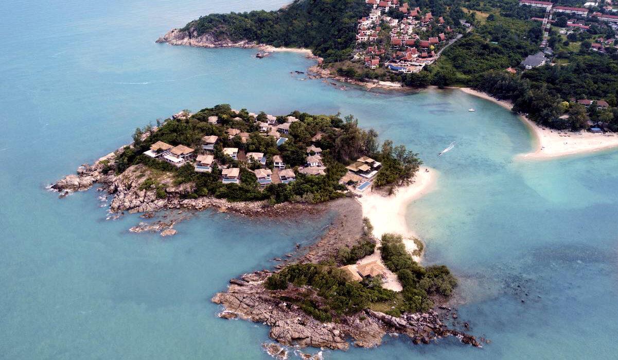 De twee eilandjes Koh Fan Yai en Koh Fan Noi met daarop villa's met privé zwembaden van het luxe Cape Fahn Hotel, tegenover Choeng Mon Beach, Koh Samui.