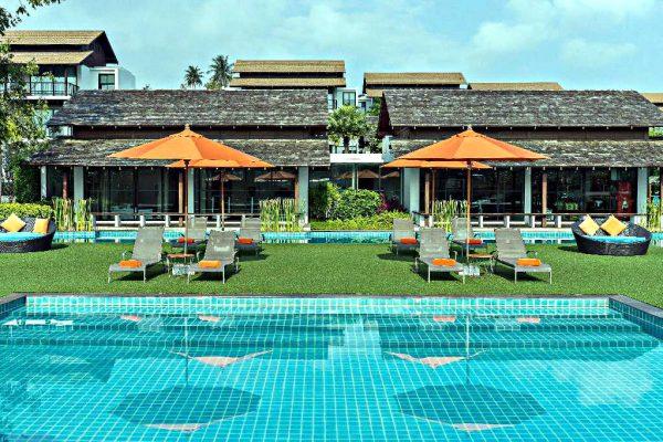 Zwembad met op de achtergrond kamers met privé zwembad, Choeng Mon Beach, Koh Samui