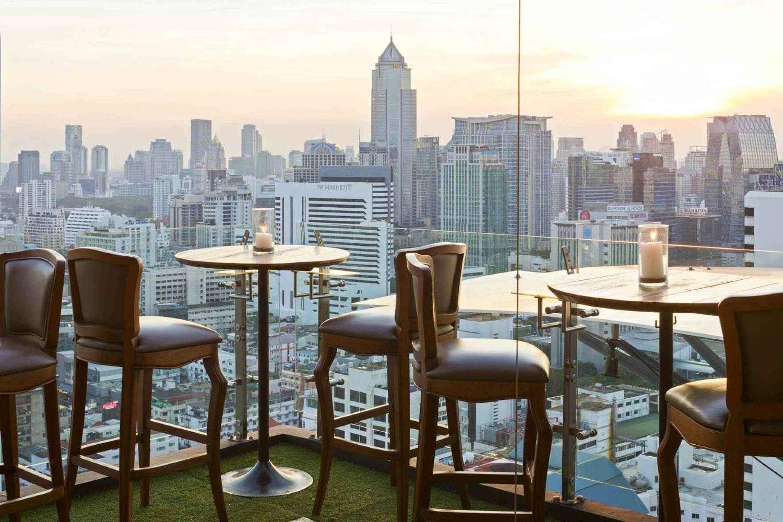 Tafeltje met uitzicht op Bangkok vanaf de sky bar Above Eleven, Bangkok.