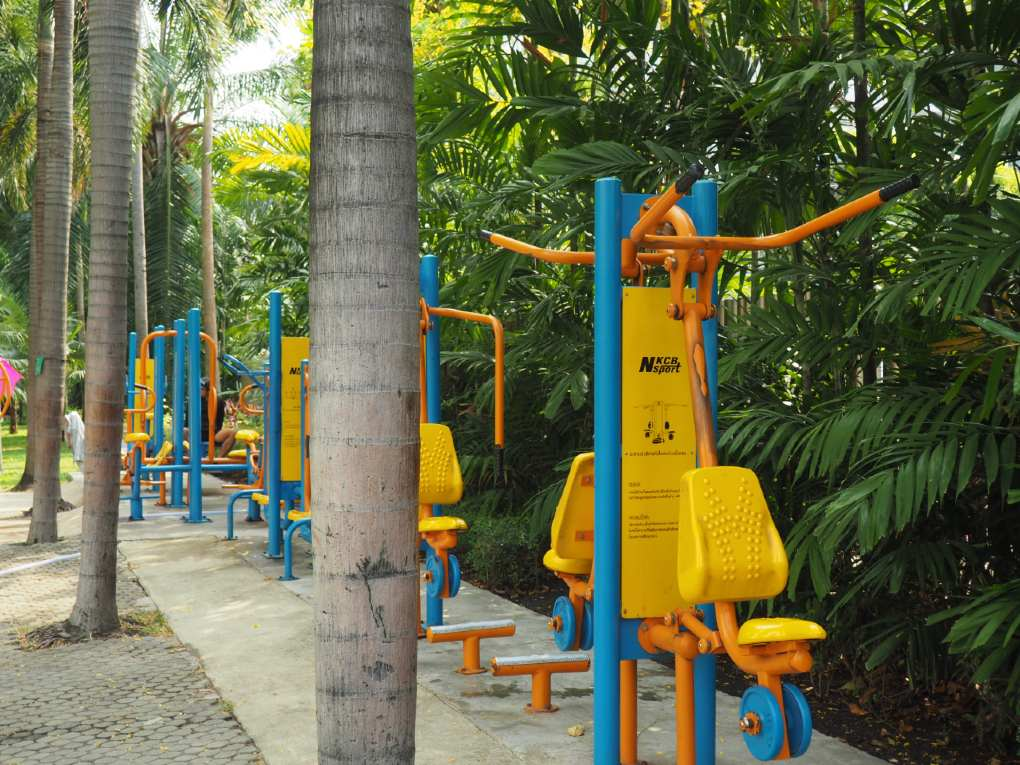 Fitnesstoestellen in het Santiphap Park van Bangkok