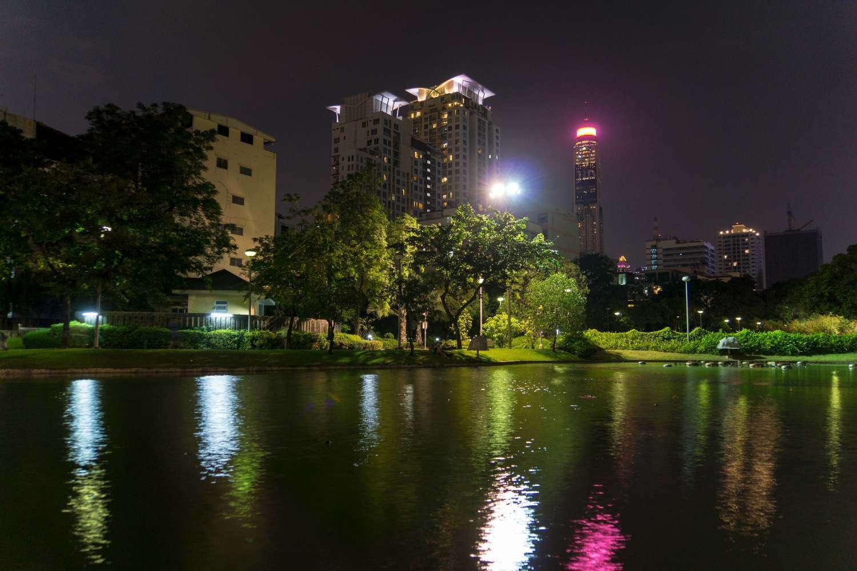 Het Santiphap Park in Bangkok tijdens de avond