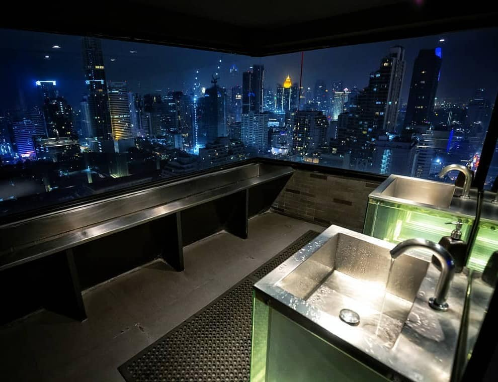 Het toilet van de Above Eleven Rooftop Bar in Bangkok