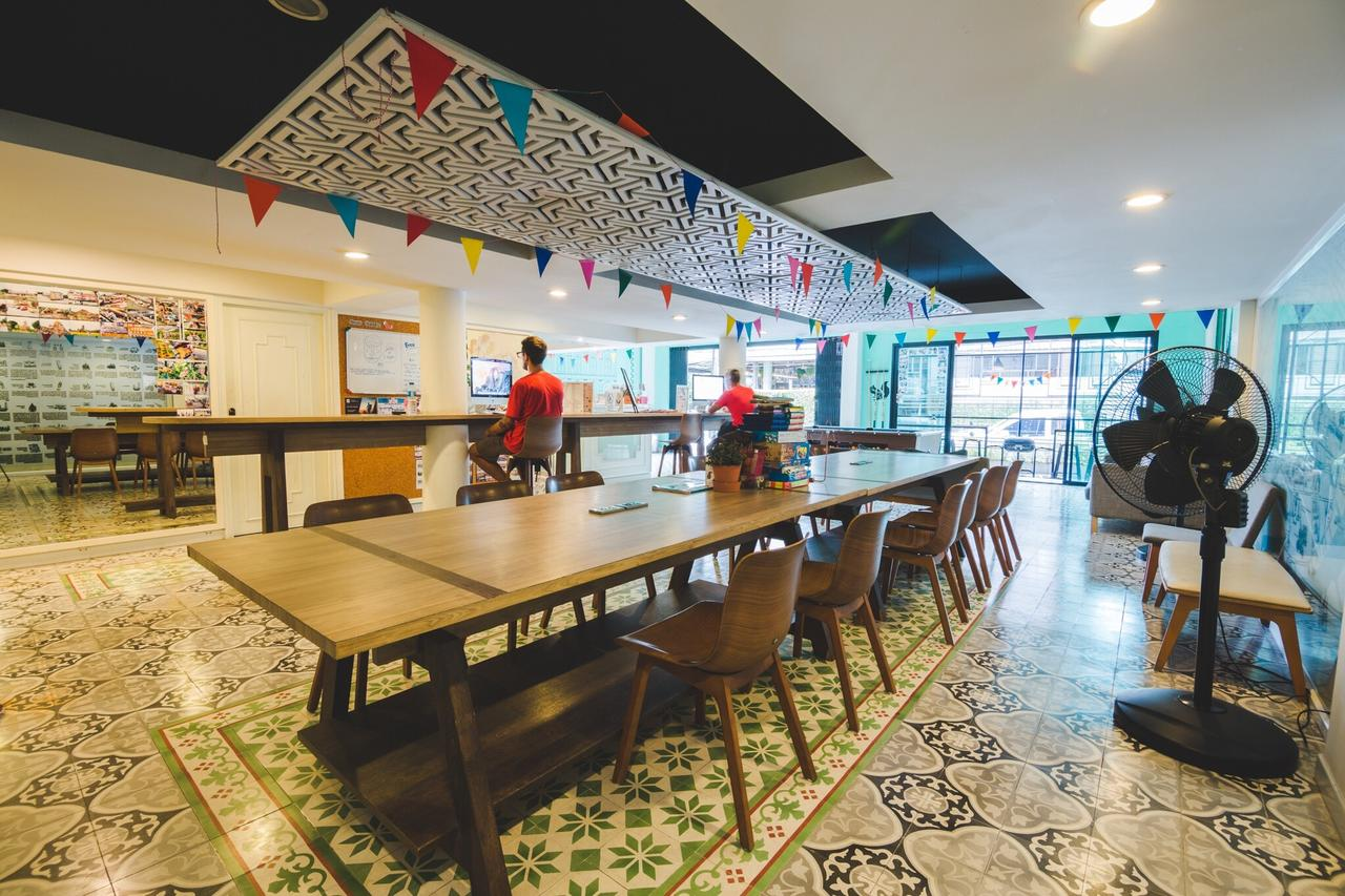 The communal area with dining tables at d Hostel Bangkok near Khao San Road