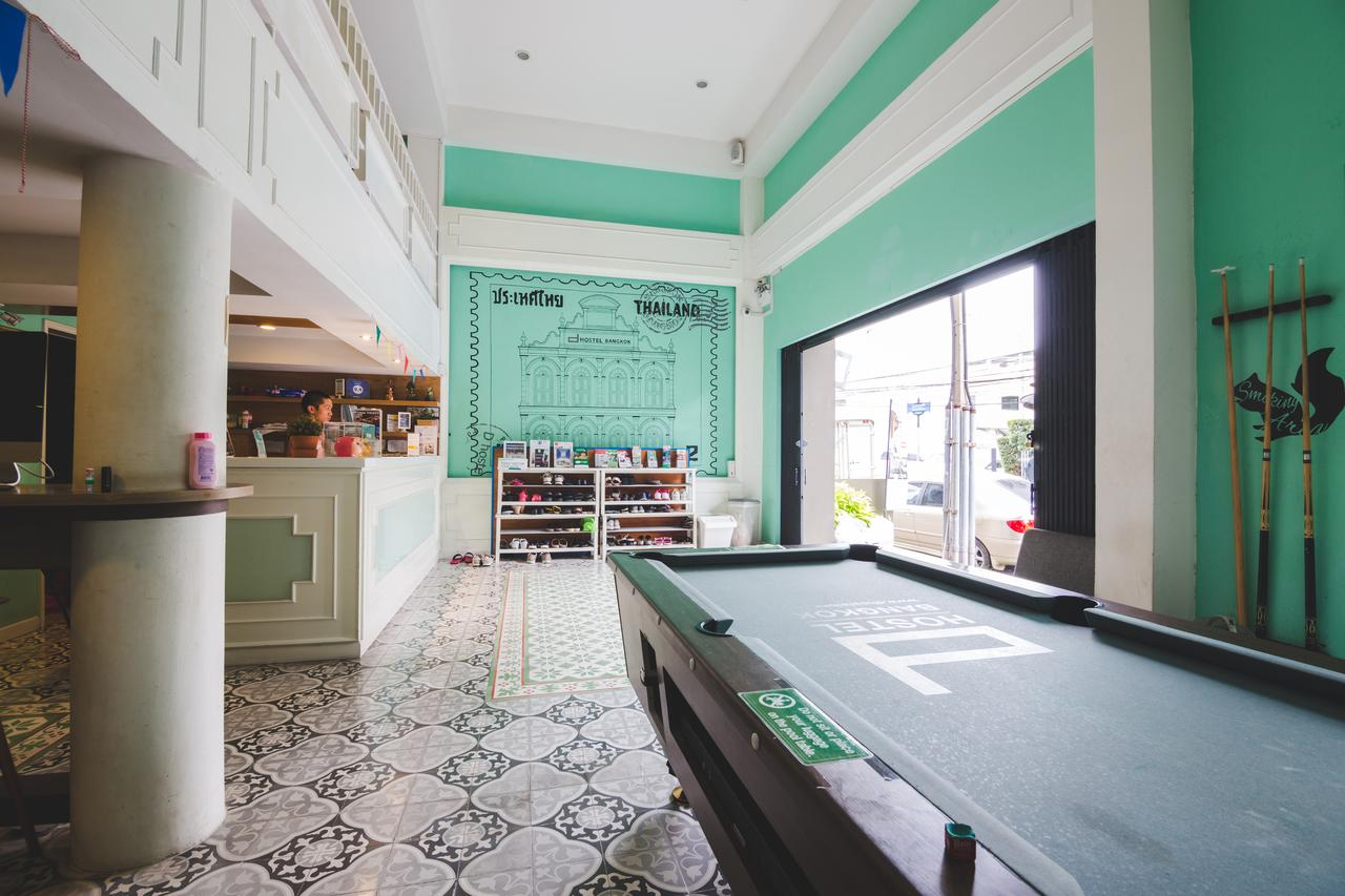 The communal area with pool table of the d Hostel Bangkok near Khao San Road