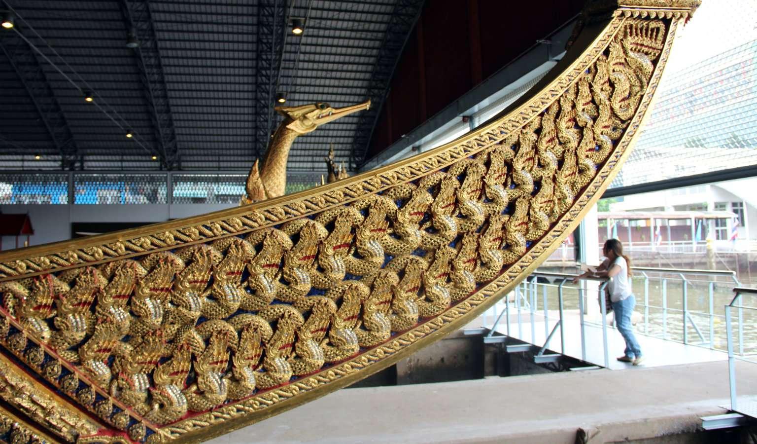 De Koninklijke sloep van Anekchat Puchong in het National Museum of Royal Barges in Bangkok