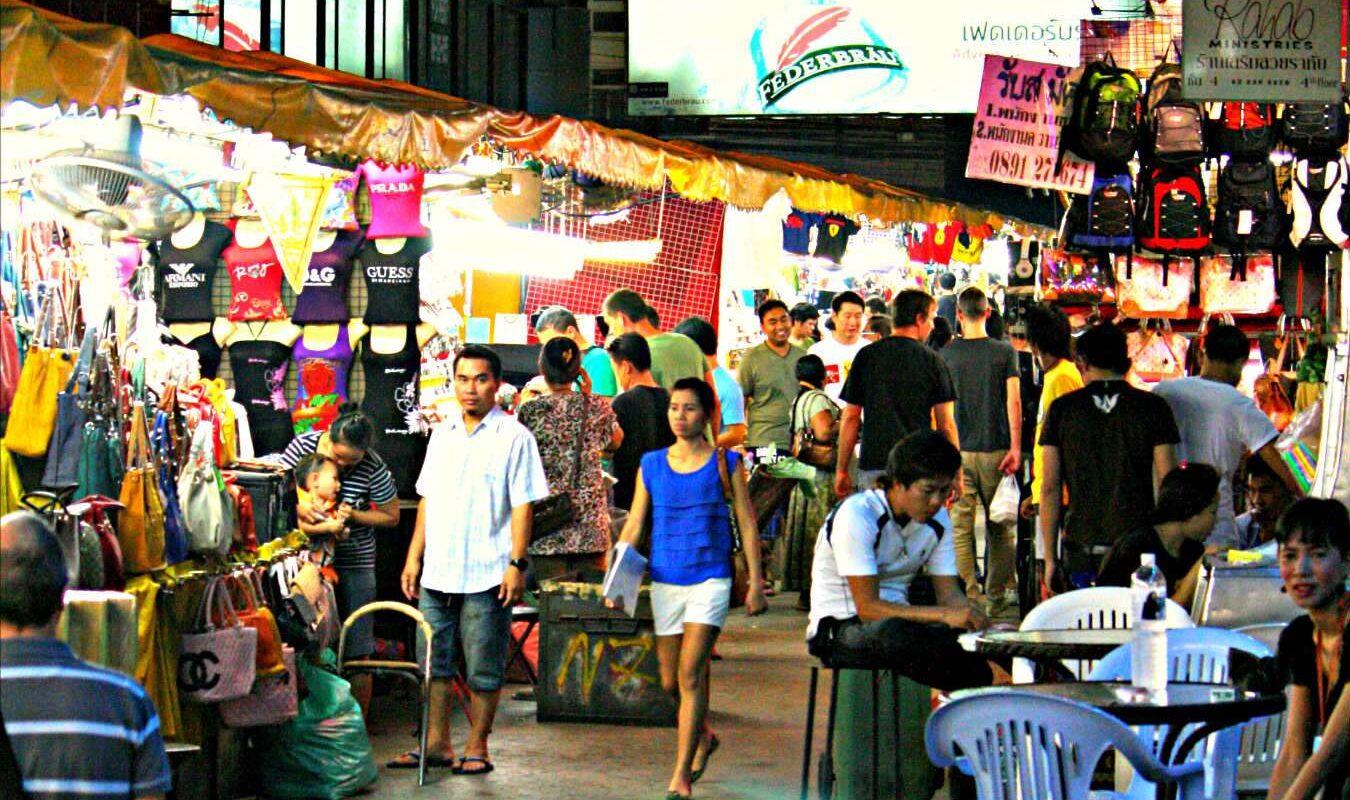 Marktkraampjes met namaak producten van Prada en Gucci op de Patpong Night Market in Bangkok