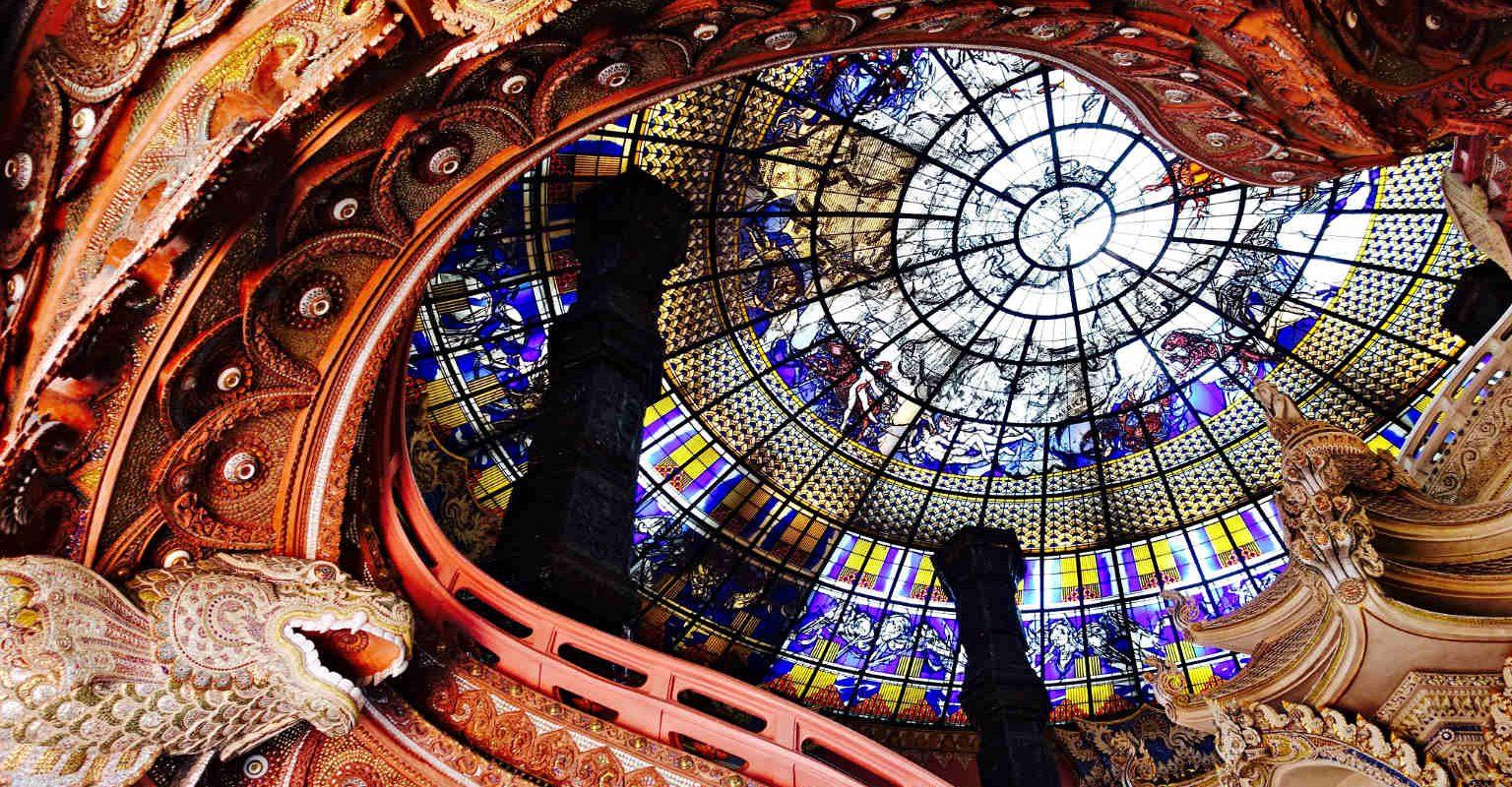 Trap van het Erawan Museumm naar het dak van glas in lood.