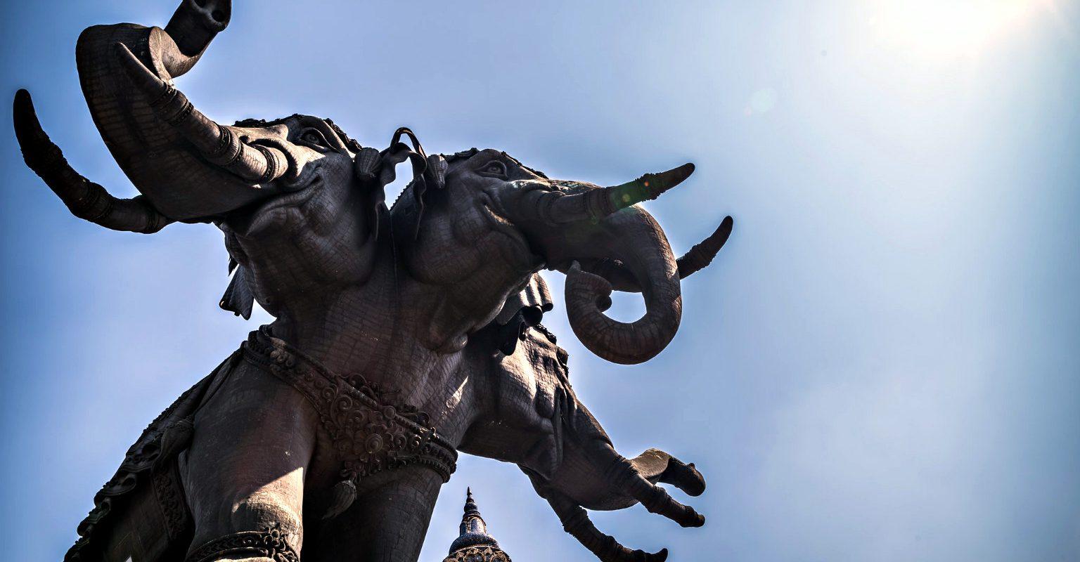 driekoppige olifant van het Erawan Museum in Bangkok afgebeeld tegen een blauwe lucht.