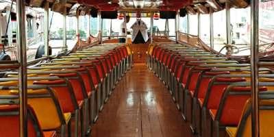 Rijen Met Stoeltjes Aan De Binnenkant Van De Chao Phraya Express Boot