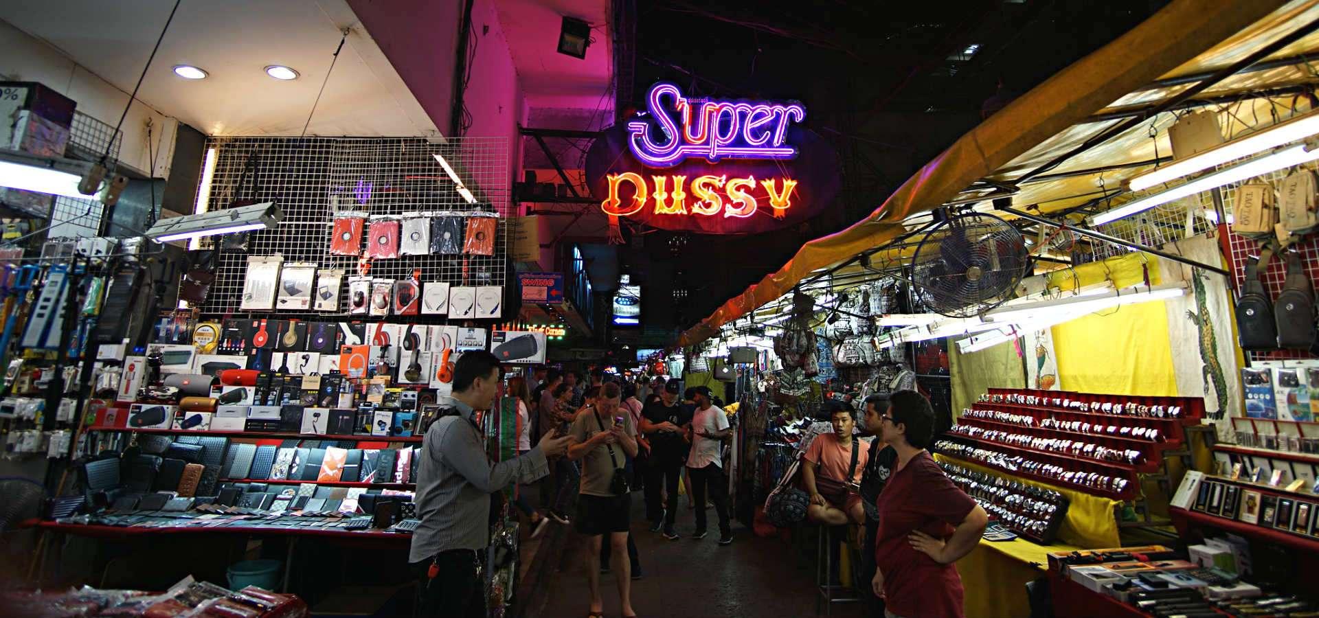 Marktkraampjes met verkopers van namaakproducten op de Patpong Night Market in Bangkok.