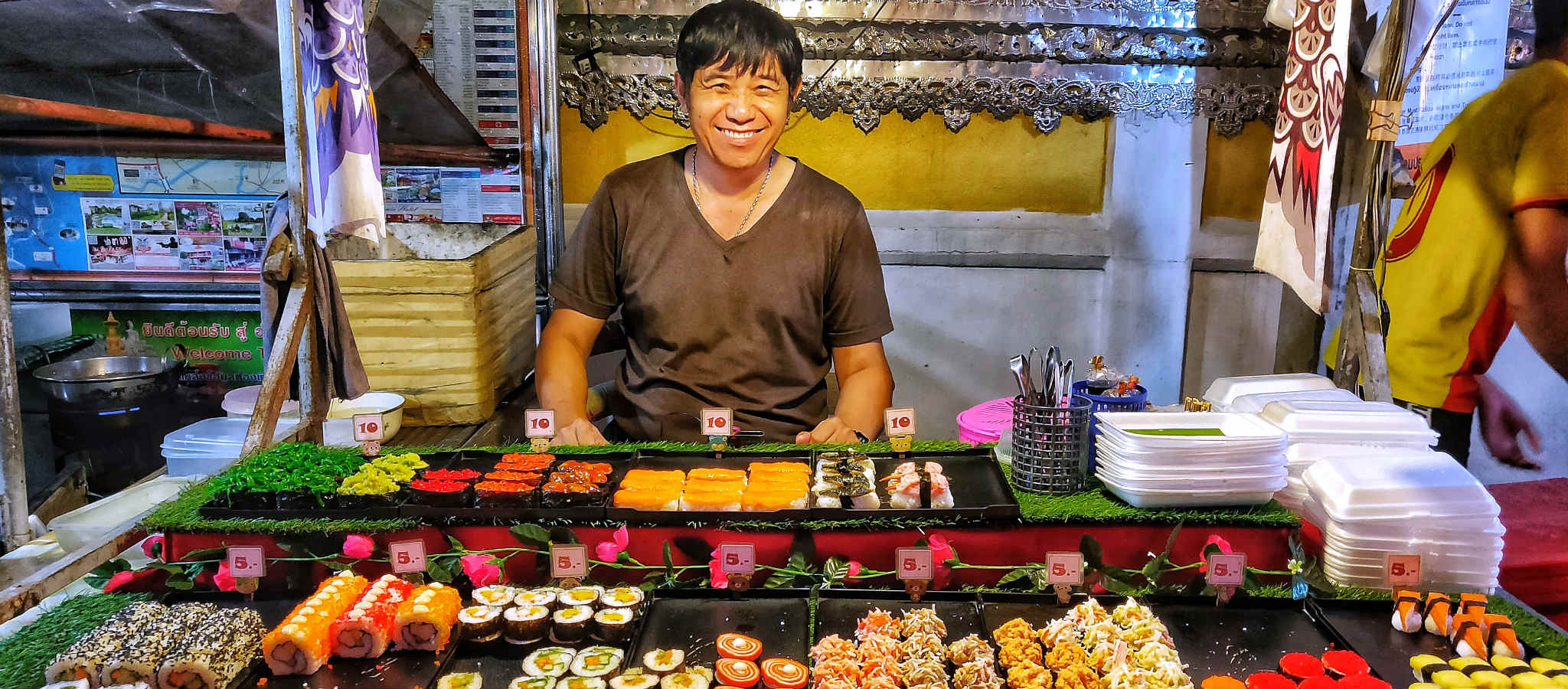 Sushi stalletje op de Pai Night Market in Pai Walking Street
