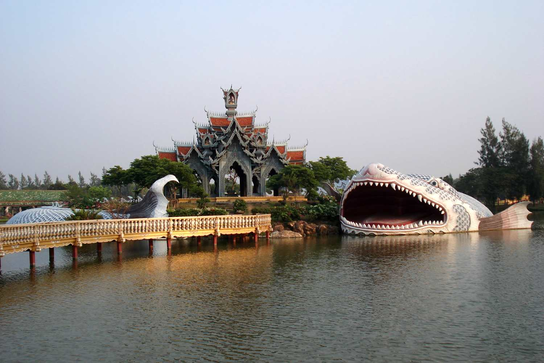 Immens beeld van een grote vis met open bek in het water in The Ancient City in Bangkok, Thailand