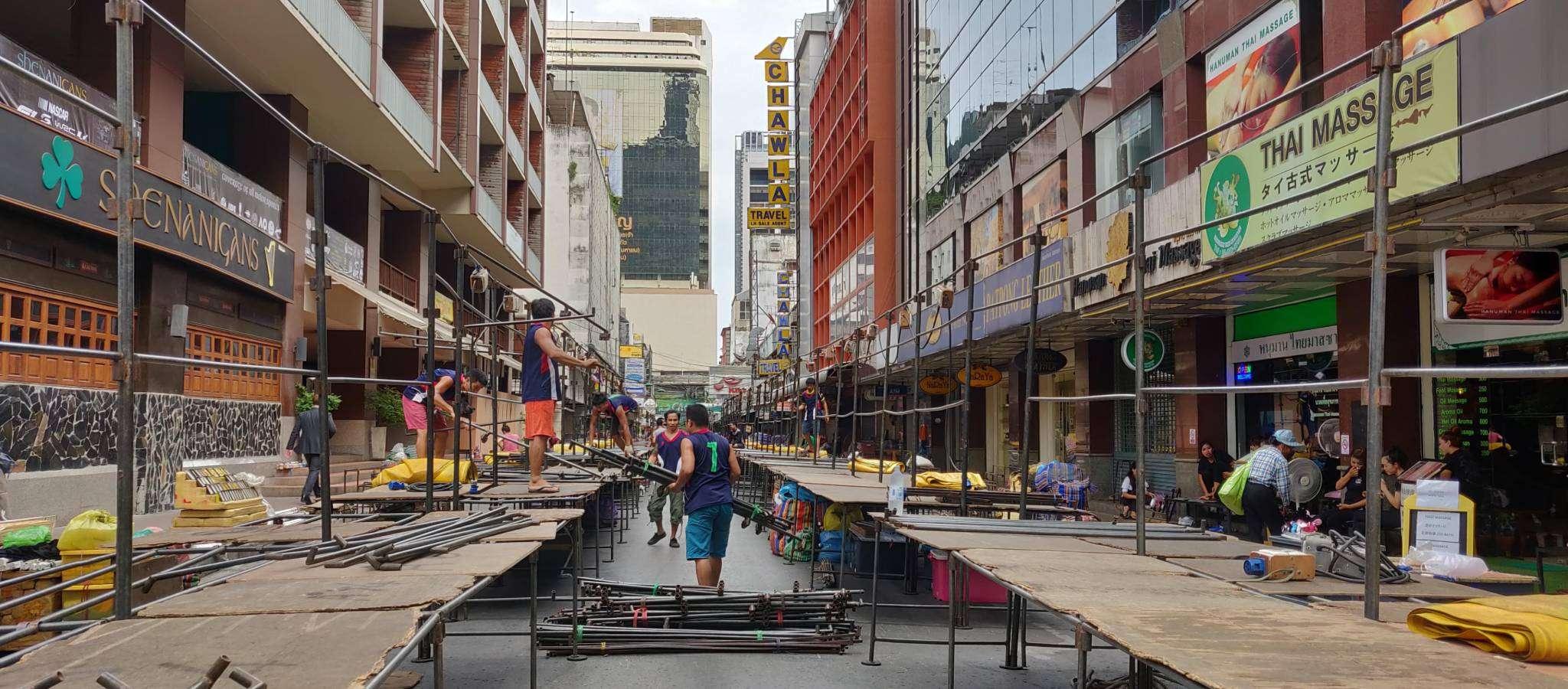 Opbouwen van de Patpong Night Market in Bangkok, Thailand
