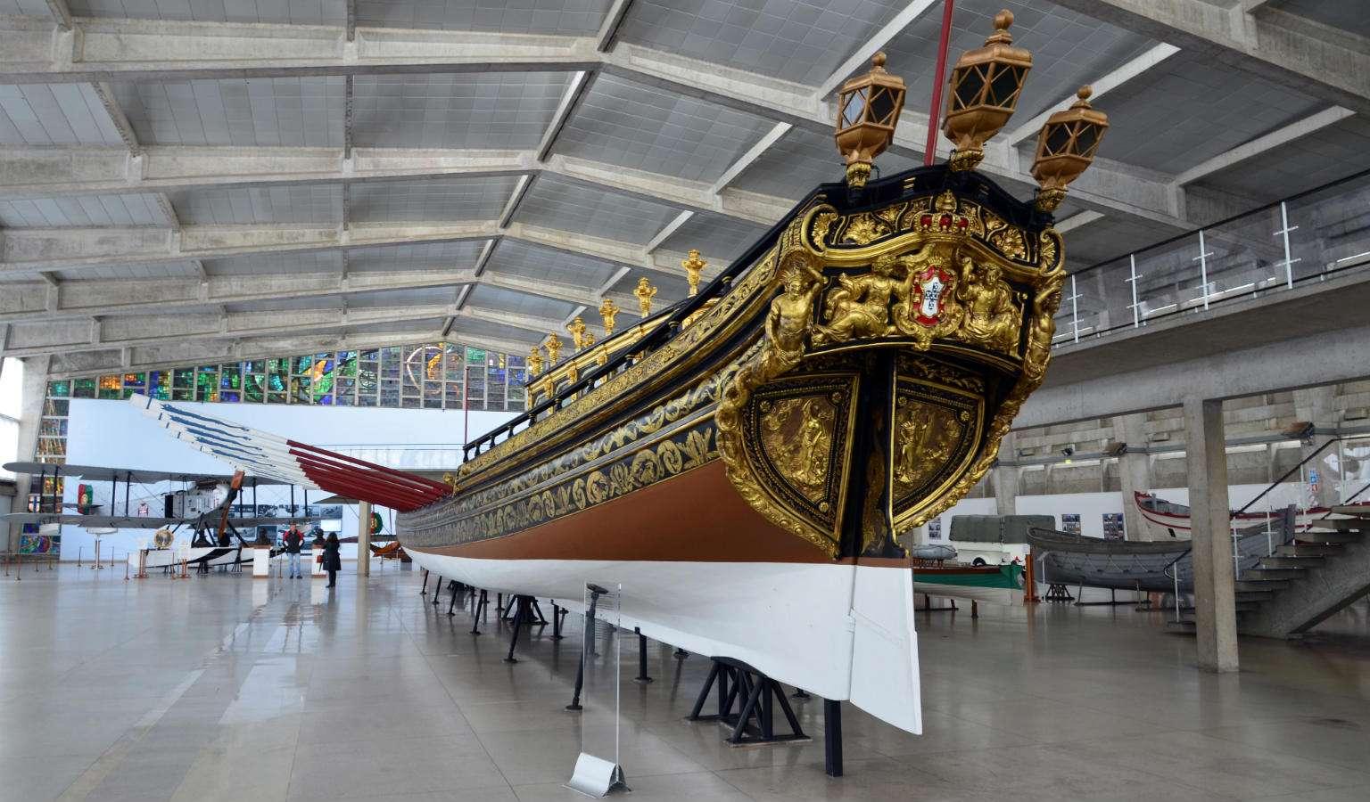 De achterkant van een koninklijke sloep in het National Museum of Royal Barges in Bangkok
