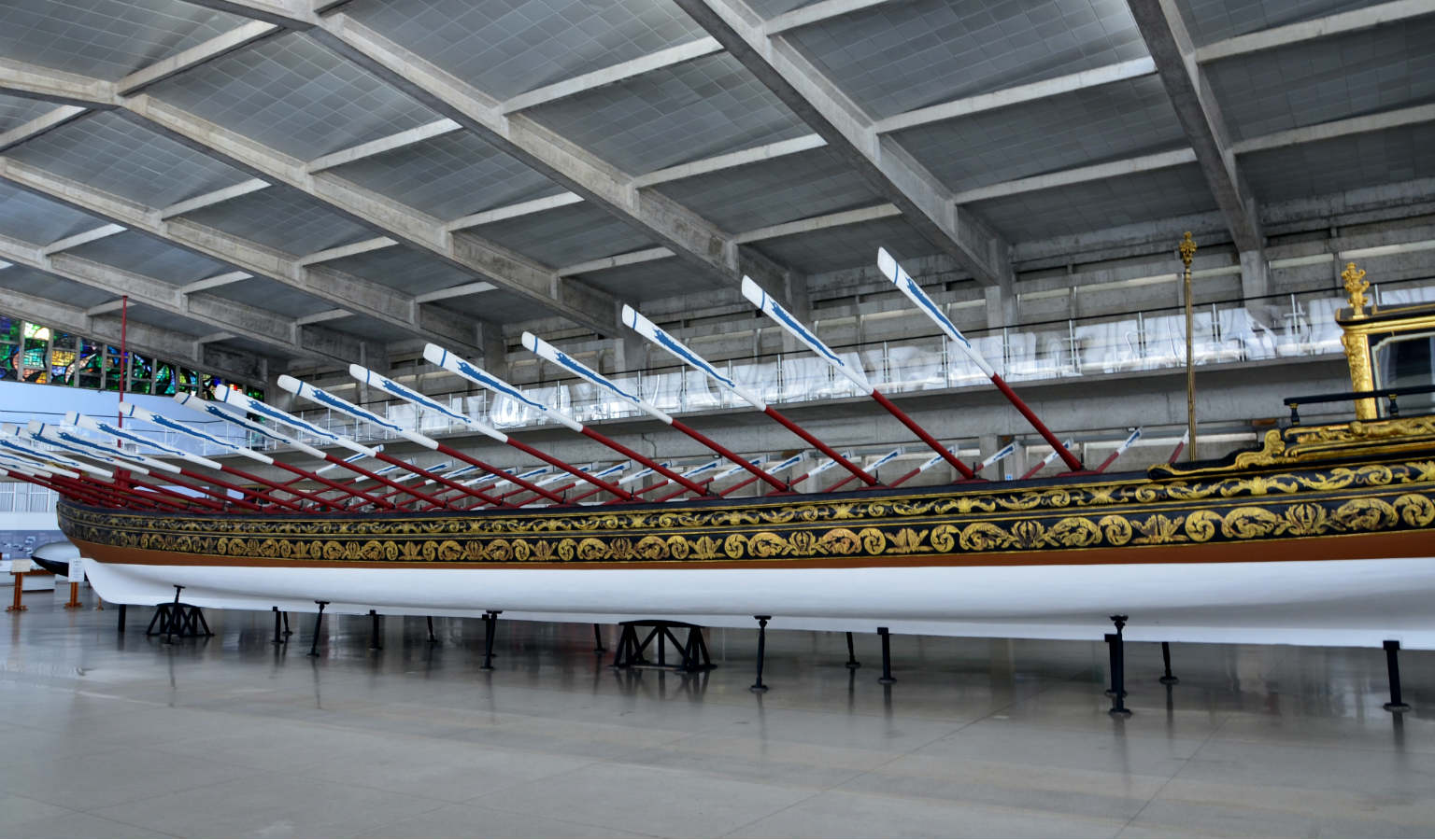 De enorme lengte van een koninklijke sloep in het National Museum of Royal Barges in Bangkok