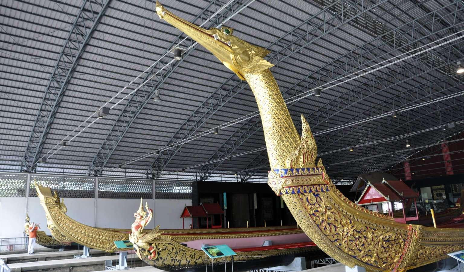 De koninklijke sloepen in het National Museum of Royal Barges in Bangkok