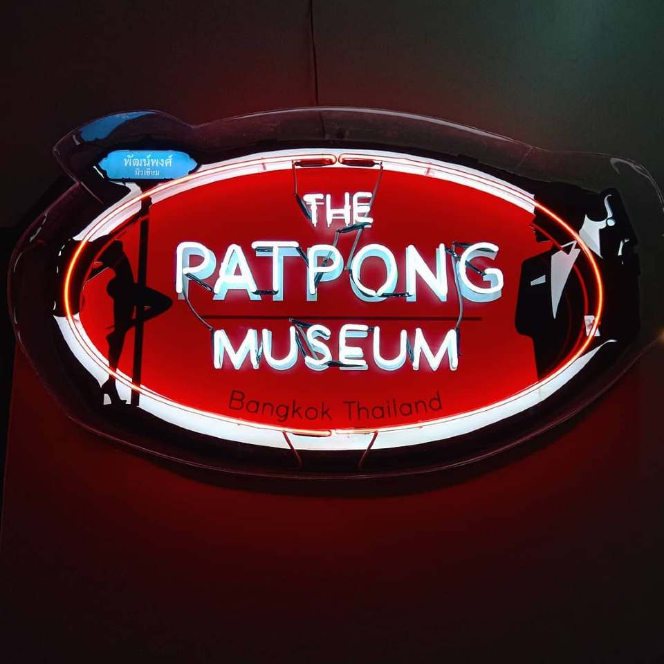 het Patpong Museum bord op de Patpong Night market in Bangkok