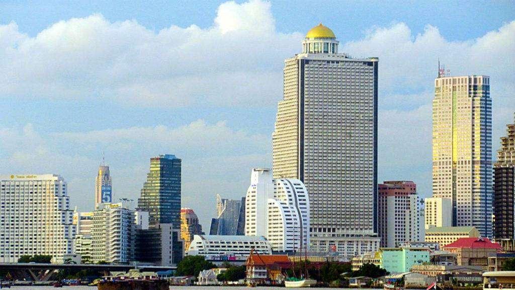 Lebua State Tower hotel met daar bovenop de gouden koepel van de Sirocco sky bar in Bangkok.