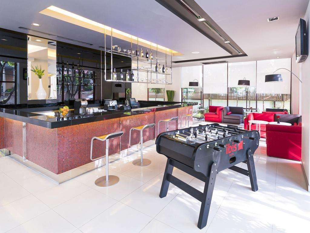 De bar met tafelvoetbal van het Ibis Bangkok Sukhumvit 4 hotel in het Nana gebied van Bangkok