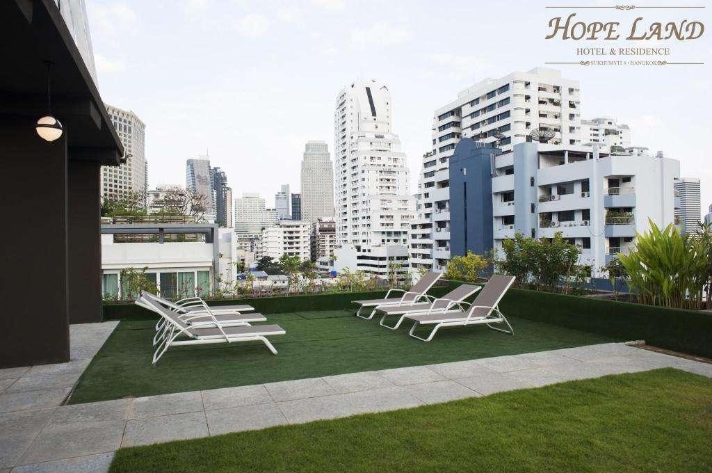 De daktuin van Hope Land Hotel Sukhumvit 8 in het Nana gebied van Bangkok