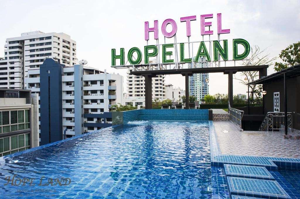 Het zwembad overdag van Hope Land Hotel Sukhumvit 8 in het Nana gebied van Bangkok