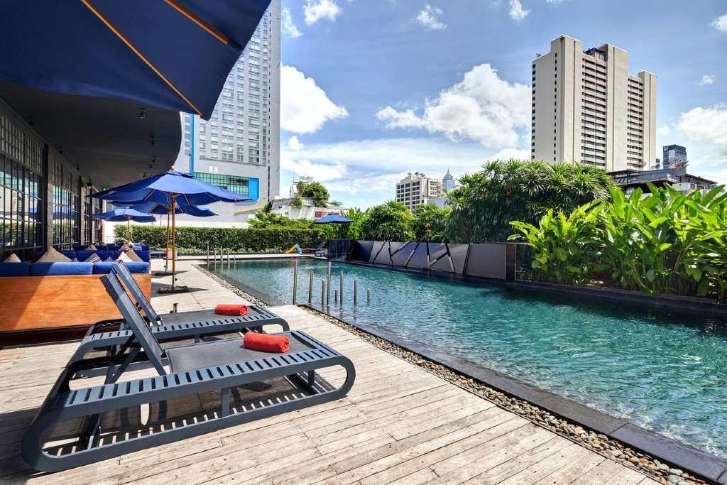 Het zwembad van de Fraser Suites in het Nana gebied van Bangkok