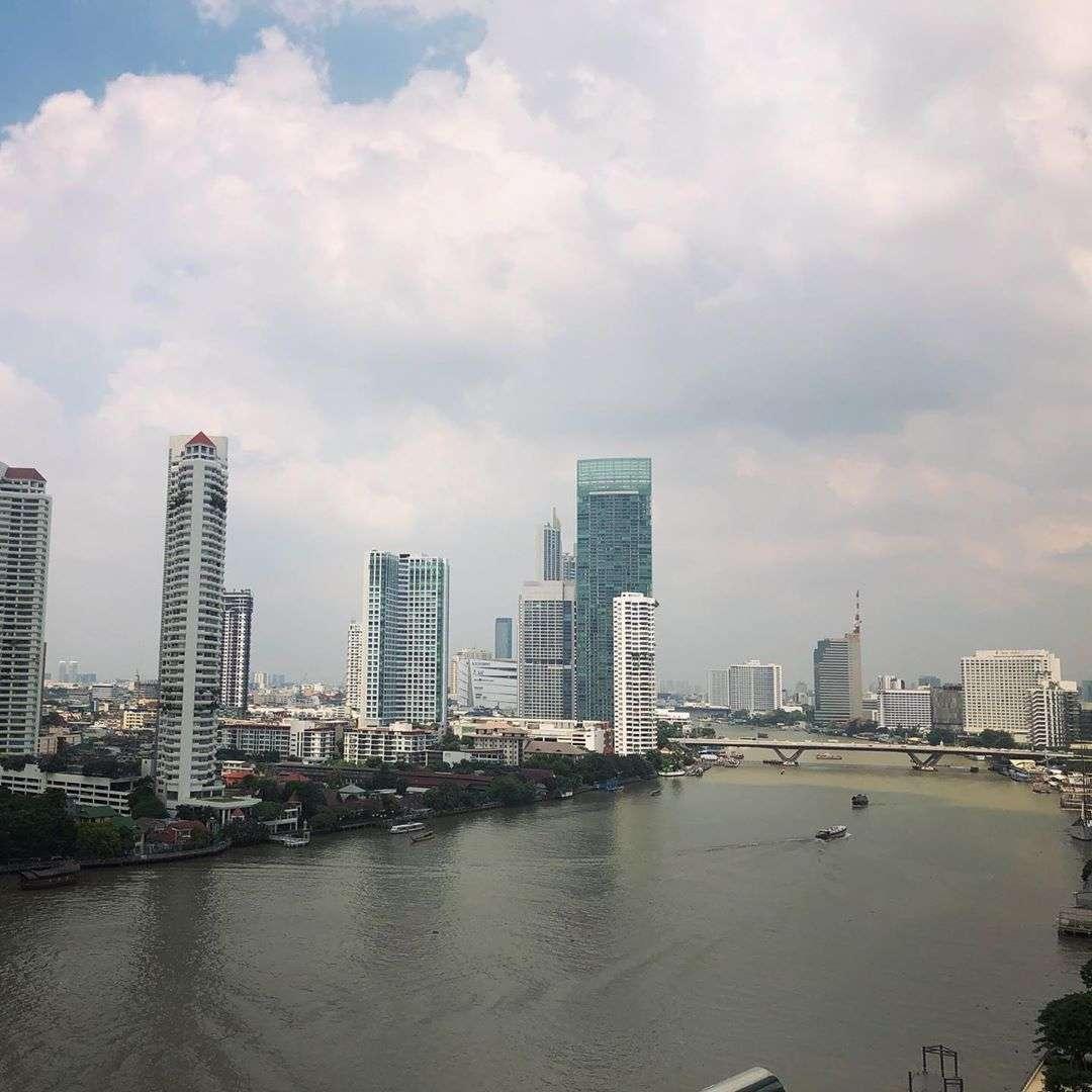 Uitzicht op de Chao Phraya Rivier overdag vanaf het Chatrium Hotel Riverside Bangkok