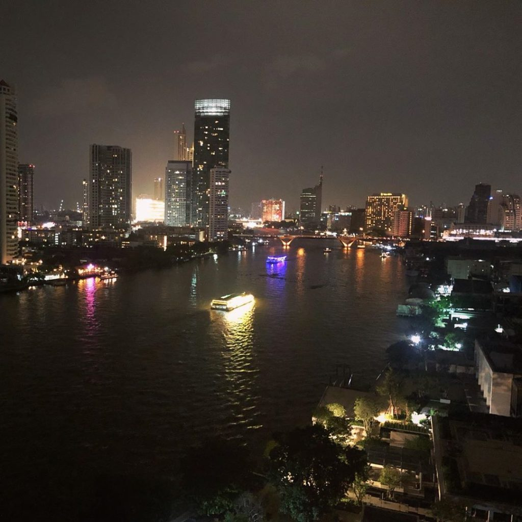 Uitzicht op de Chao Phraya Rivier ' s avonds vanaf het Chatrium Hotel Riverside Bangkok