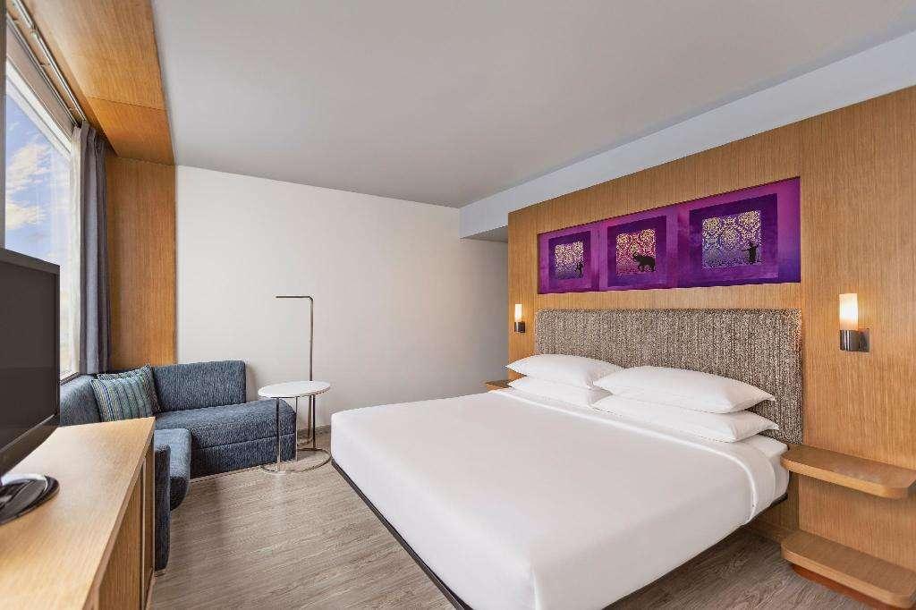 De slaapkamer van Aloft Bangkok in het Nana gebied