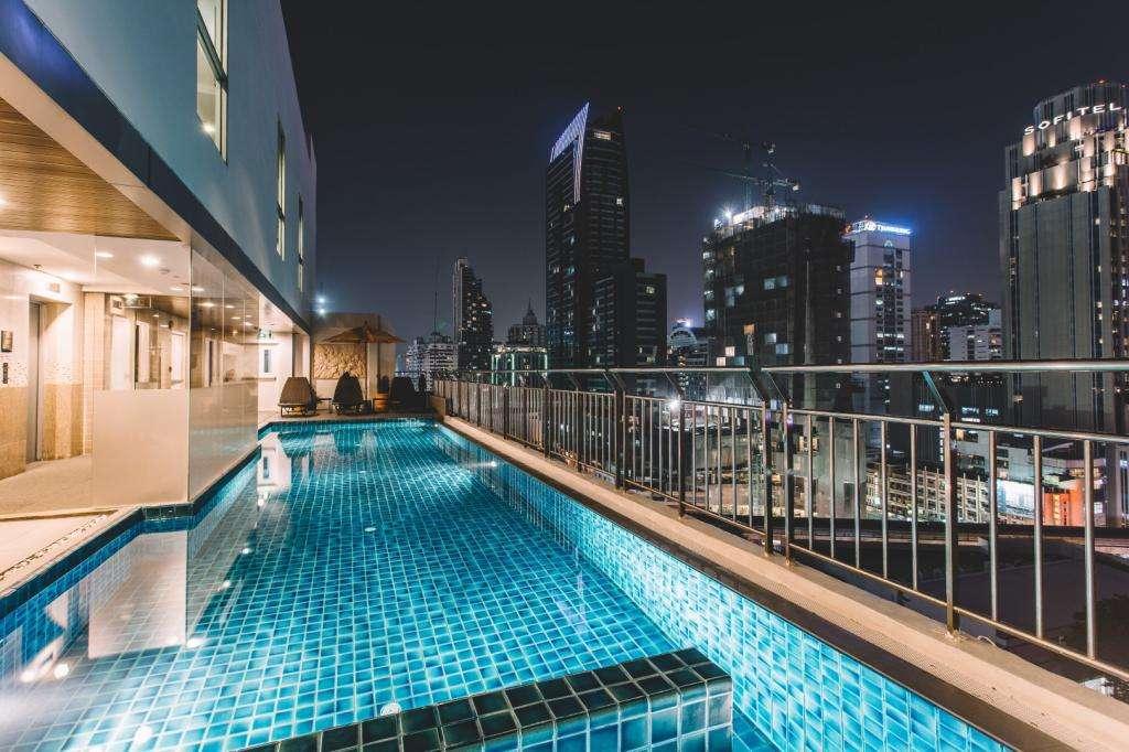 Het zwembad van de Adelphi Suites Bangkok in het Nana gebied