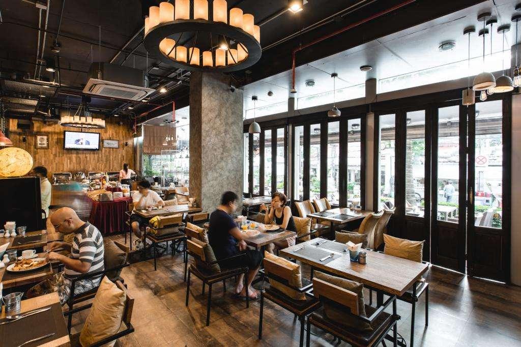 Het restaurant van de Adelphi Suites Bangkok in het Nana gebied