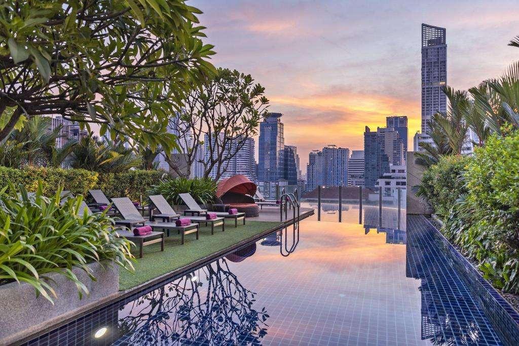 Het zwembad van Aloft Bangkok in het Nana gebied