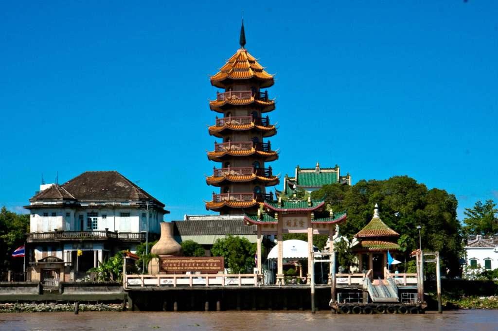 Che Chin Khor Pagode van acht verdiepingen hoog aan de Chao Phraya Rivier
